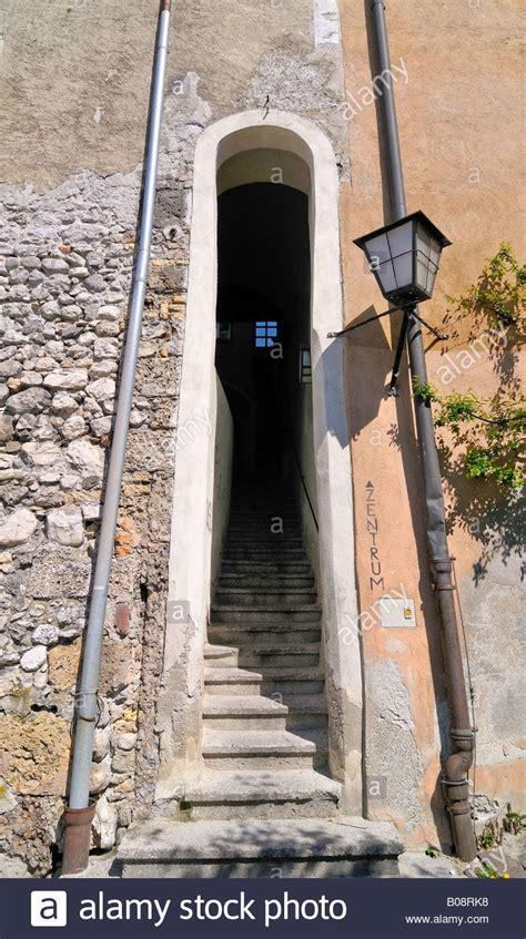 treppe zwischen zwei wänden historisches zentrum der halle in tirol stockfotos historisches zentrum der halle in tirol