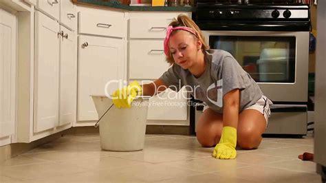 A Young Woman Scrubs Her Kitchen Floor Vídeos De Archivo