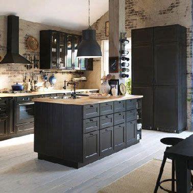 cuisine noire avec ilot ikea  murs en brique en