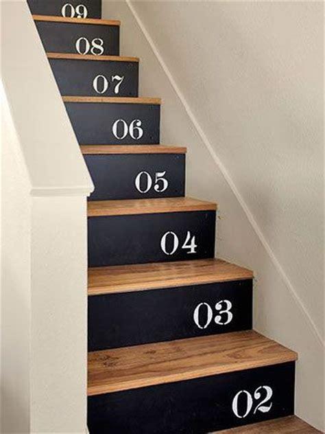deco salon escalier bois  noir chiffres peints sur