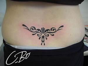 Tatouage Bas Dos Femme : tatouage arabesque bas du dos femme mod les et exemples ~ Dallasstarsshop.com Idées de Décoration