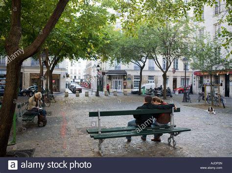 canapé place du marché honoré on a bench on place du marche honore stock