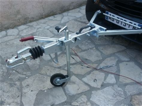 dispositif d attelage de voiture towbar with a frame