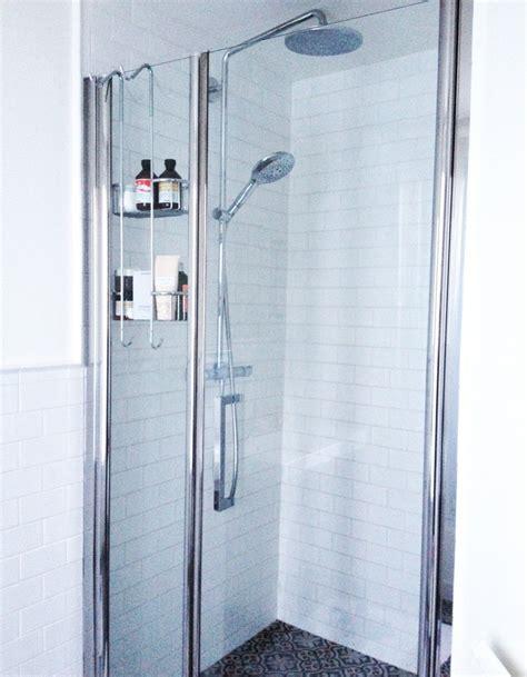Une Douche à L'italienne  Dans La Salle De Bains De