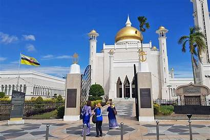 Brunei Mosque Visiting Ts Don Appropriately Clothed