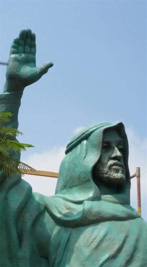giant statue  uae founder sheikh zayed stands  cairo