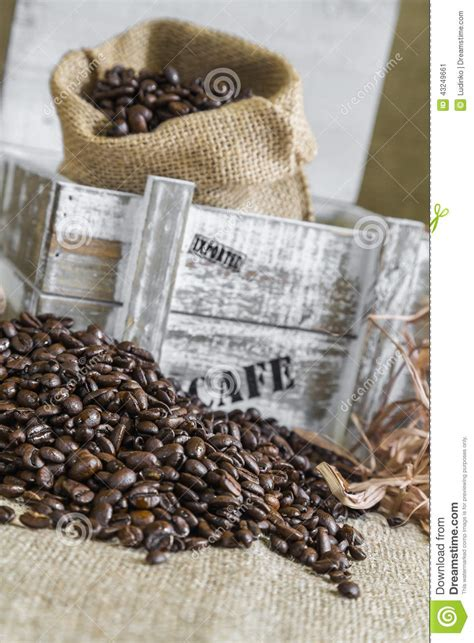grains de caf 233 dispers 233 s autour de bo 238 te en bois avec un sac de toile de jute photo stock
