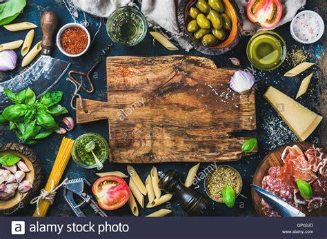 zutaten auf englisch italienische k 252 che kochen zutaten auf dunklem hintergrund stockfoto bild 116786725 alamy