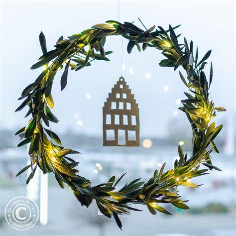 Fensterdeko Weihnachten Haus by Weihnachtliche Fensterdeko Olivenkranz Mit Haus Aus Fimo