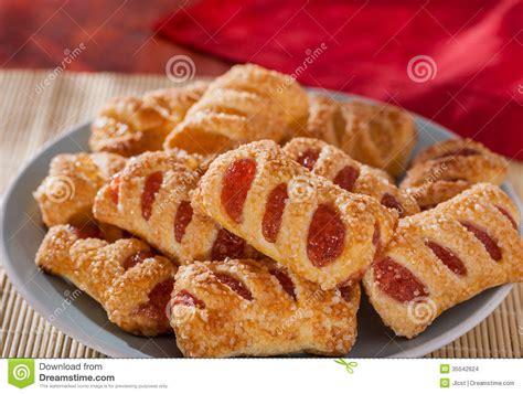la fraise et les g 226 teaux enduits par sucre remplis par pomme de p 226 te feuillet 233 e se ferment