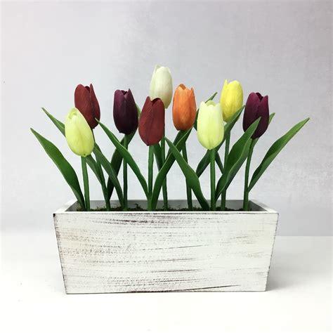 ดอกทิวลิปหลากหลายสีสดใส จัดในกระถางไม้สี่เหลี่ยมสไตล์แชปบี้ชิค