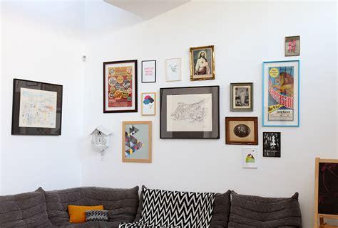 idee deco cuisine vintage idée déco accumulation de tableau sur un mur