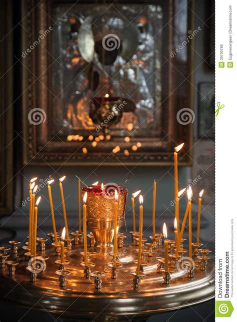 candele accese le candele sono accese in una chiesa ortodossa scura