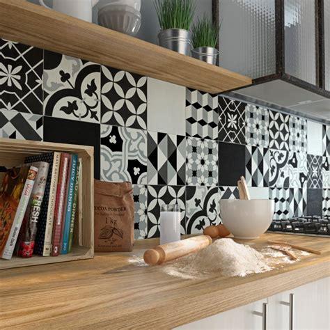 papier vinyl cuisine une crédence aux carreaux de ciment noirs et blancs