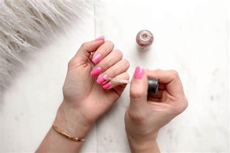 Comment faire une manucure maison . 8. polissez vos ongles pour les faire briller