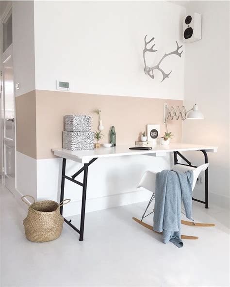 werkplek met nude kleurtje op de muur home