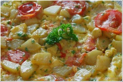 poele de cuisine omelette persillée aux pommes de terre et à la tomate en