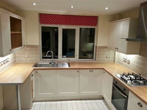 approx yr  howdens burford cream gloss kitchen worktops  appliances