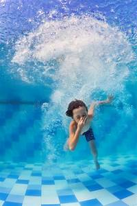 Rustine Piscine Sous L Eau : enfant plongeant sous l 39 eau dans la piscine photo stock image 83350366 ~ Farleysfitness.com Idées de Décoration