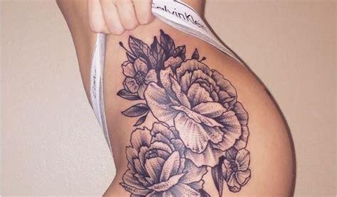 modele tatouage rose cuisse femme rose des sables tatouage