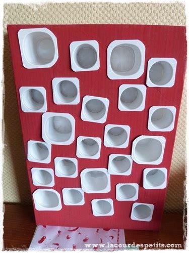 bricolage de no 235 l le calendrier de l avent avec des pots de yaourts la cour des petits