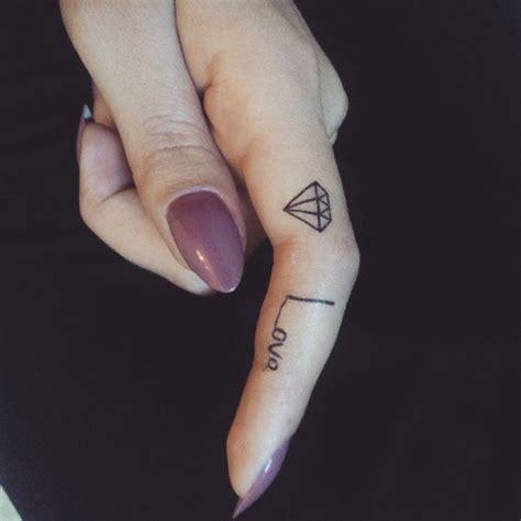 diamant finger 1001 id 233 es pour un tatouage doigt du style minimaliste