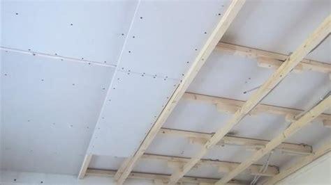 decke abhängen holz oder metall unterkonstruktion decke holz decke unterkonstruktion gipskartonplatte ausmessen