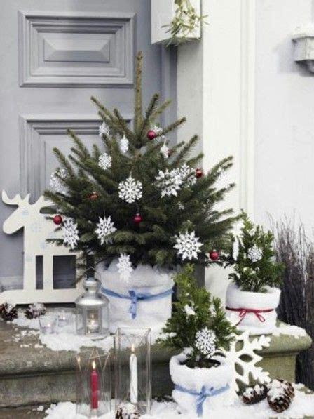 weihnachtsdeko fuer aussen vor der tuer festlich dekorieren