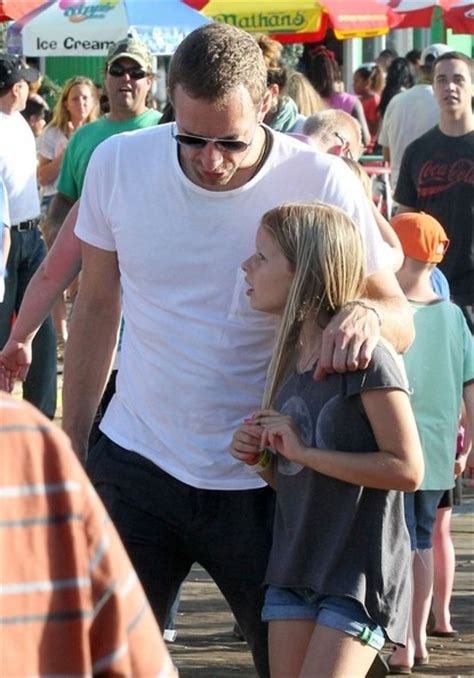 apple martin and chris martin apple martin pictures chris martin with his kids at the