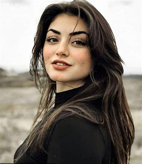 Rabia bala hatun, osman gazi'nin ikinci eşi, şeyh edebali'nin kızı ve aladdin paşa'nın annesidir. Rabia Bala Hatun ÖZGE TÖRER : Bio, Age, Family, Career, Facts & Wiki