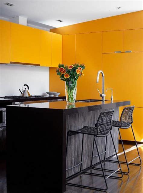 cuisine jaune et gris ambiance accueillante et conviviale dans une cuisine jaune