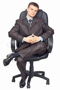 Porträt der jungen Geschäftsleute sitzen auf dem Stuhl vor ...