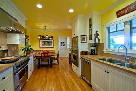 Kitchen Paint Colors: 10 Handsome Hues to Consider