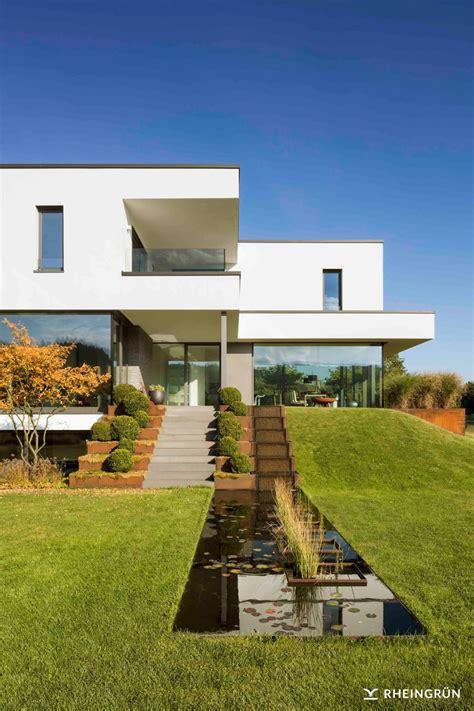 Moderne Häuser Und Gärten by Minimalistische Gartengestaltung Am Hang Mit Wasserbecken