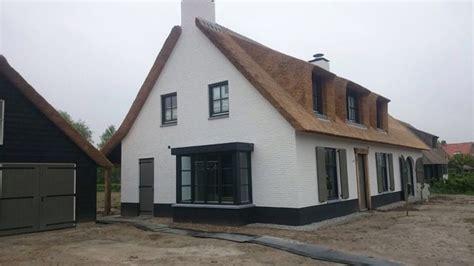 Rieten Huis by Mooi Wit Huis Met Rieten Dak Antraciete Erker Rieten