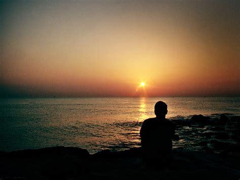 hombre solo en la playa mirando el mar el de la