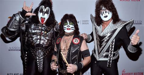 Watch Kiss Perform as Trio After Paul Stanley Tears Bicep ...