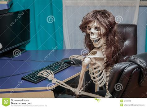 chaise ordinateur joyful smiling skeleton in a wig sitting in chair