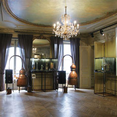 Bureau De Change Rue Scribe by Flacons Anciens Et Alambics Le Parfum Se R 233 V 232 Le Dans Un