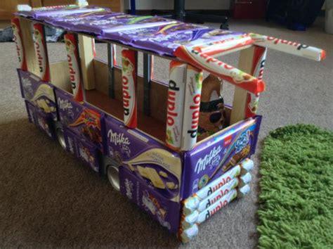 auto aus suessigkeiten basteln geschenk bus schokolade