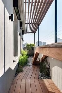 Beton cire au sol et cloisons ajourees duplex design a for Decoration balcon coussins banc angle plancher massif 768x1129