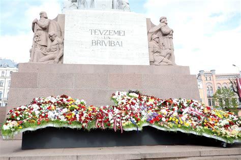 """Valsts svētkos Rīgu rotās kompozīcija """"Ziedu Latvija ..."""