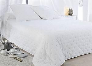 Couvre Lit Blanc : couvre lit boutis leonie 2 taies d 39 oreiller couvre lit blanc boutis haut de gamme ~ Teatrodelosmanantiales.com Idées de Décoration