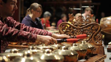 Jadi, telah jelas bukan, bahwa keadaan yang diperbolehkan untuk bernyanyi dan bermain alat musik hanyalah ketika hari raya dan pernikahan. Suku Jawa : Sejarah, Asal-Usul, Karakter dan Kebudayaan
