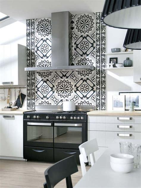 una cocina en blanco  negro mi casa
