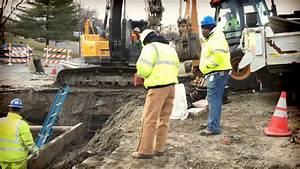 Workers repair water main break - YouTube