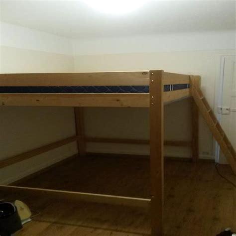 lit superpose 2 places ikea lit mezzanine 2 places escalier plancher en bois grande fentre et rideaux lilas lit mezzanine