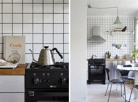 cuisine noir blanc carrelage damier cuisine utiliser deux couleurs de