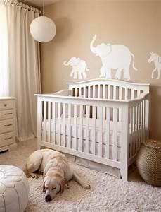 decoration chambre bebe en 30 idees creatives pour les murs With tapis chambre bébé avec robe blanche fleur