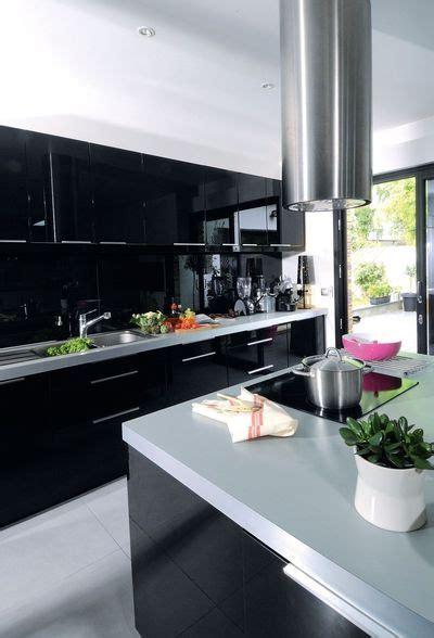 une cuisine contemporaine avec ilot central cote maison